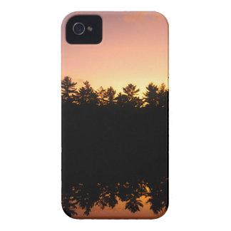 Coque iPhone 4 Arbres de coucher du soleil réfléchis sur le lac