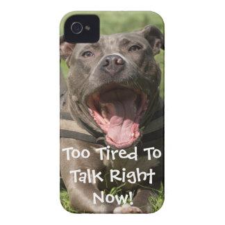 Coque iPhone 4 Brown Editable Pitbull dans l'herbe