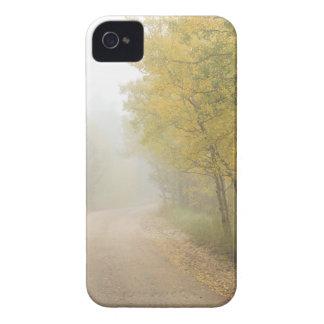 Coque iPhone 4 Case-Mate Chemin de terre brumeux pendant la saison