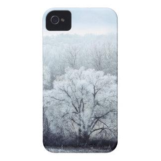 Coque iPhone 4 Case-Mate Le paysage brumeux d'hiver avec la neige a couvert
