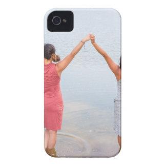 Coque iPhone 4 Deux femmes heureuses se tenant dans water.JPG