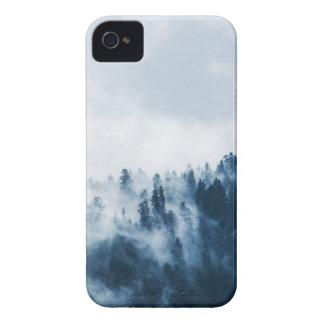 Coque iPhone 4 Les pins verts couverts de embrume sous le ciel