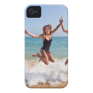 Coque iPhone 4 Trois filles sautant sur la plage près de sea.JPG