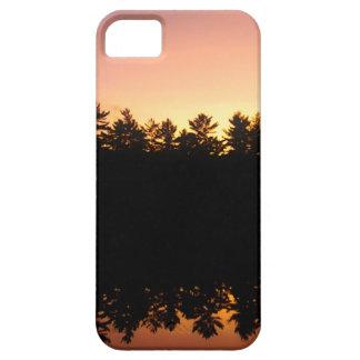 Coque iPhone 5 Arbres de coucher du soleil réfléchis sur le lac