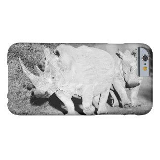 Coque iPhone 6 Barely There Une mère de rhinocéros et son veau en Afrique du