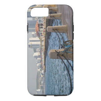 Coque iPhone 7 Bicyclette au bord de mer avec l'horizon de ville