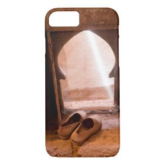 Coque iPhone 7 Chaussures marocaines à la fenêtre