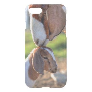 Coque iPhone 7 Chèvre de mère embrassant son bébé sur la tête