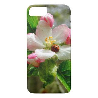 Coque iPhone 7 coccinelle mignonne sur les fleurs blanches de