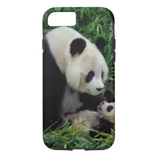 Coque iPhone 7 Enfantez le panda et le bébé dans le buisson en