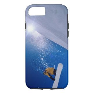 Coque iPhone 7 Équipez le vol par l'air sur un surf des neiges