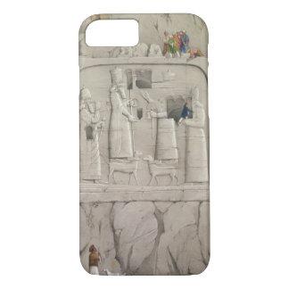 Coque iPhone 7 Examinant une sculpture assyrienne en roche, de