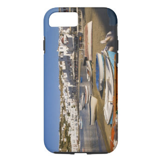 Coque iPhone 7 La ville de port avec les bateaux de pêche colorés