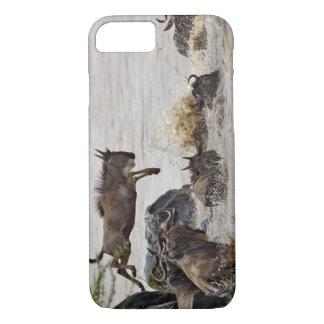 Coque iPhone 7 Le gnou sautant dans la rivière de Mara pendant
