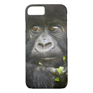 Coque iPhone 7 Le gorille de montagne juvénile alimente sur le