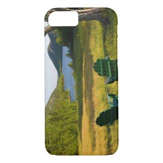Coque iPhone 7 Les chaises d'Adirondack sur la pelouse de la