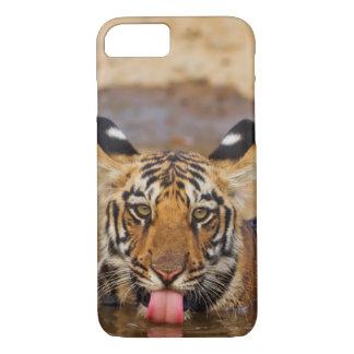 Coque iPhone 7 Petit animal de tigre royal de Bengale, eau