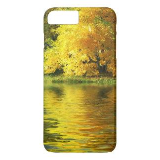 Coque iPhone 7 Plus Arbre d'automne dans la forêt avec la réflexion