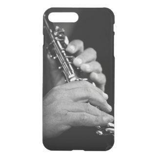 Coque iPhone 7 Plus Cannelure étant jouée en noir et blanc par le