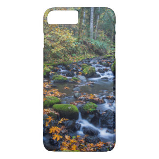 Coque iPhone 7 Plus Feuille d'automne dispersé le long de la crique de