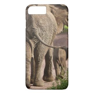 Coque iPhone 7 Plus L'Afrique. La Tanzanie. Mère et veau d'éléphant à