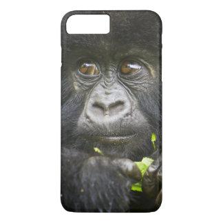 Coque iPhone 7 Plus Le gorille de montagne juvénile alimente sur le