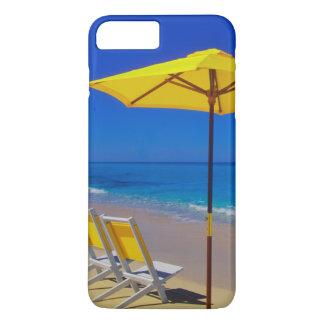 Coque iPhone 7 Plus Parapluie et chaises de plage jaunes sur immaculé