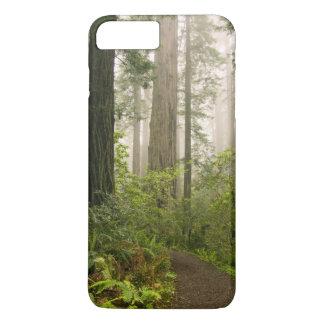 Coque iPhone 7 Plus Rhododendron fleurissant parmi les séquoias de