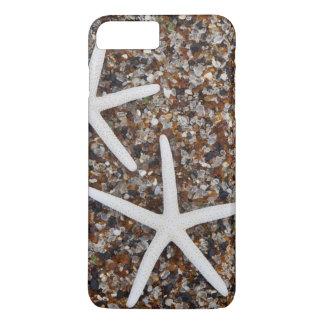 Coque iPhone 7 Plus Squelettes d'étoiles de mer sur la plage en verre