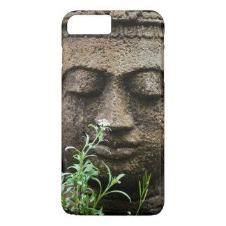 Coque iPhone 7 Plus Statue en pierre de jardin avec la fleur