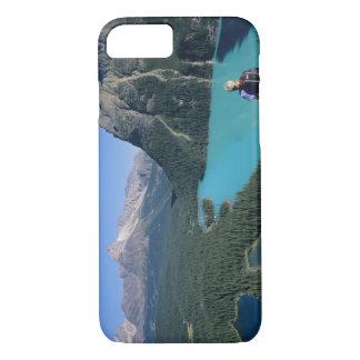 Coque iPhone 7 Randonneur donnant sur le lac turquoise-coloré