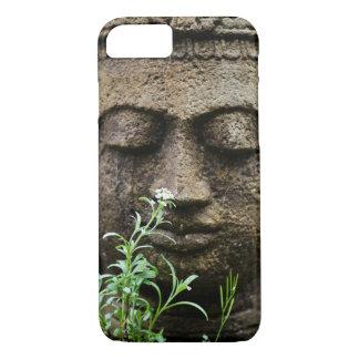Coque iPhone 7 Statue en pierre de jardin avec la fleur