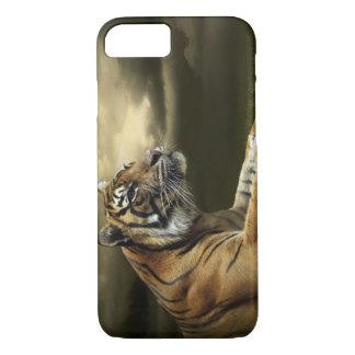 Coque iPhone 7 Tigre regardant et se reposant sous le ciel
