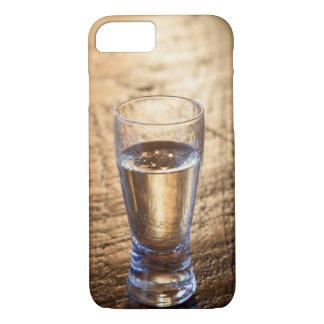 Coque iPhone 7 Tir simple de tequila sur la table en bois