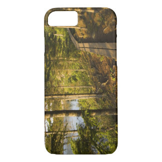 Coque iPhone 7 Un passage couvert en bois en parc national Maine
