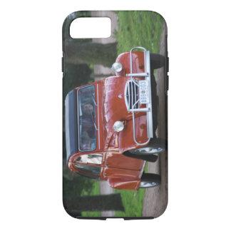 Coque iPhone 7 Une vieille voiture rouge de Citroen 2CV avec une