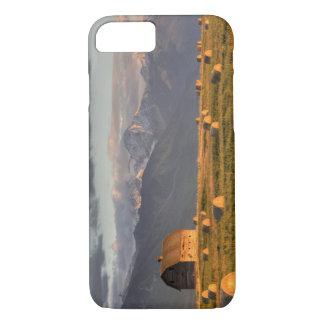 Coque iPhone 7 Vieille grange encadrée par des balles de foin et
