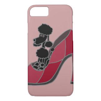 Coque iPhone 8/7 Caniche noir se reposant dans une chaussure rose