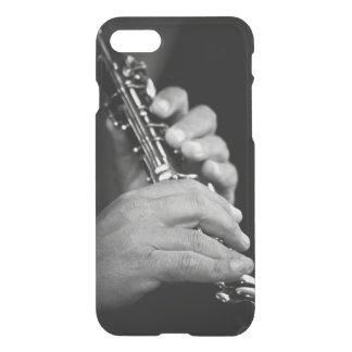 Coque iPhone 8/7 Cannelure étant jouée en noir et blanc par le