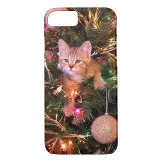 Coque iPhone 8/7 Chaton de Noël dans l'arbre. Chaton Skylar. de Bob