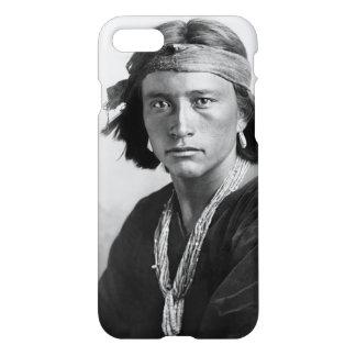 Coque iPhone 8/7 Garçon de Navajo - photo historique par Karl E.