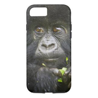 Coque iPhone 8/7 Le gorille de montagne juvénile alimente sur le