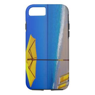Coque iPhone 8/7 Parapluie et chaises de plage jaunes sur immaculé