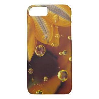 Coque iPhone 8/7 Pétales sur la surface réfléchie de Mylar avec des