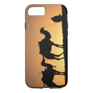 Coque iPhone 8/7 Silhouette de caravane de chameau sur le désert à
