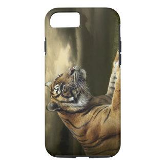 Coque iPhone 8/7 Tigre regardant et se reposant sous le ciel