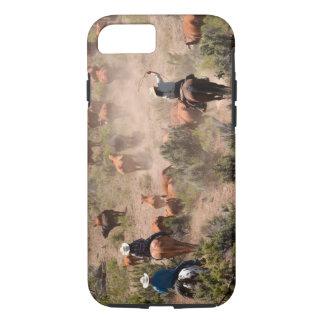 Coque iPhone 8/7 Trois cowboys et cow-girls conduisant des bétail