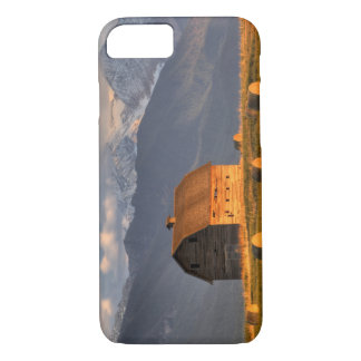 Coque iPhone 8/7 Vieille grange encadrée par des balles de foin et