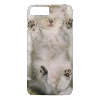 Coque iPhone 8 Plus/7 Plus Chaton dormant sur un tapis pelucheux blanc, haut