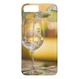 Coque iPhone 8 Plus/7 Plus Du vin blanc est versé de la bouteille dans le